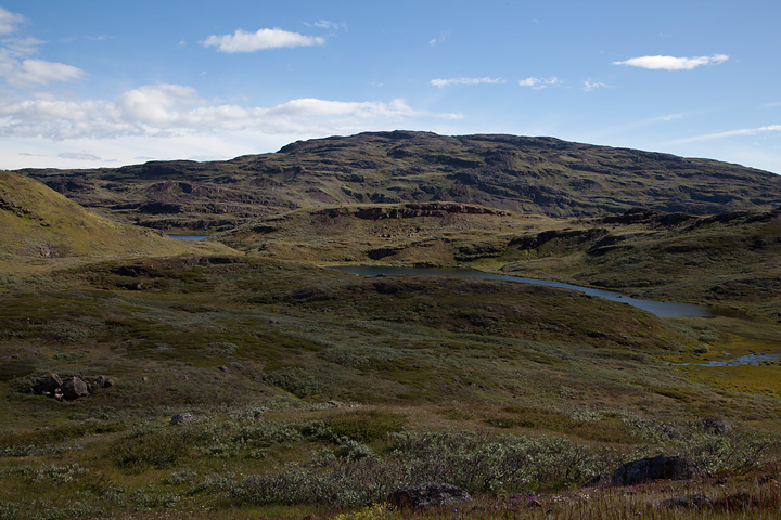 Back in the plateau between Tasiusaq and Qassiarsuk. The ridge along the horizon is Qaqqarsuatsiaq. I traversed it yesterday