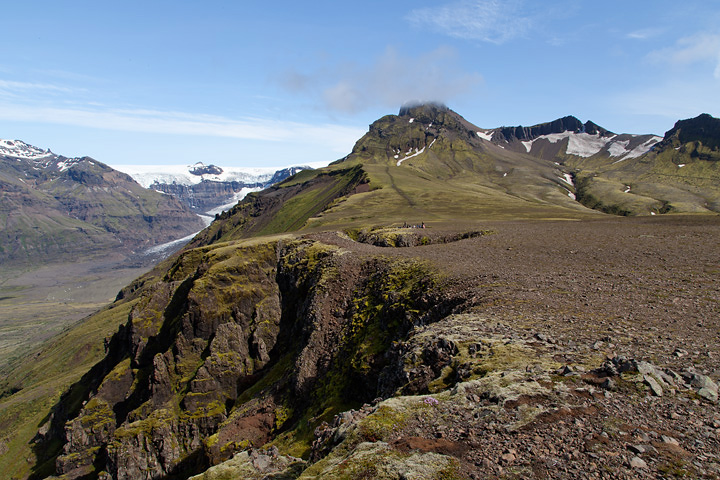 The view towards the Morsárjökull (left) opens up as you ascent the plateau. Kristínartindar is the peak to the right of centre.