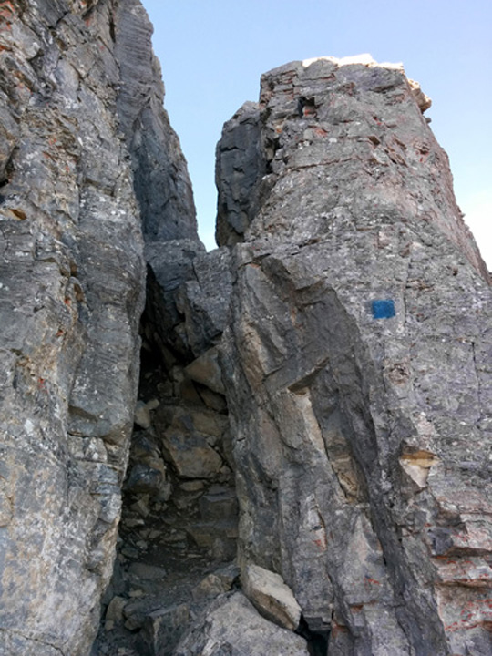 To gain the ridge, there are a few easy scramble moves through a rock chimney